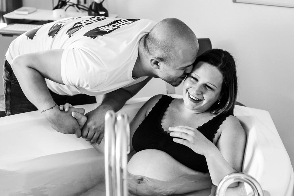 geboortefotograaf-limburg-eindhoven-natuurlijk-bevallen-verloskunde-pure-life-geboortefotografie-geboortedag-vastleggen