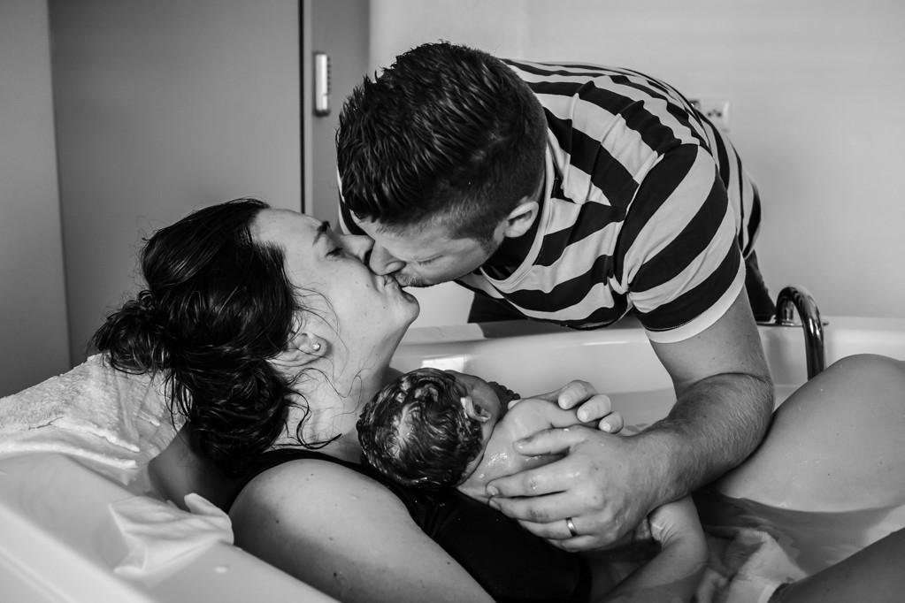 ouders-worden-badbevalling-geboortefotograaf-limburg-pure-life-geboortefotografie