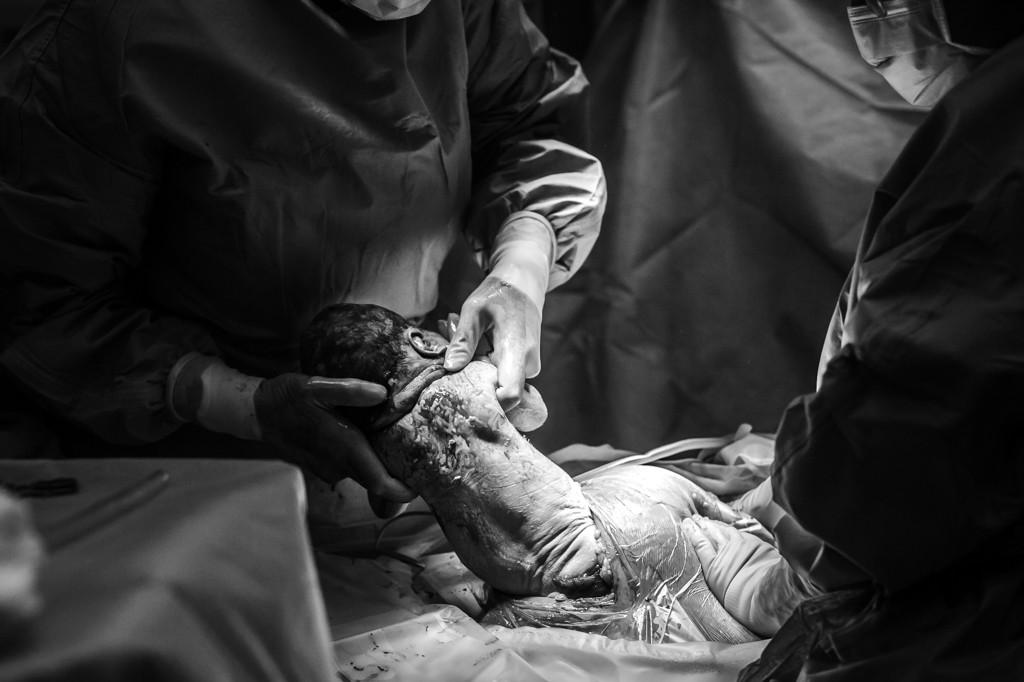 bevallen-bevalling-geboorte-geboortefotograaf-geboortefotografie-thuisbevalling-pure-life-geboortefotografie