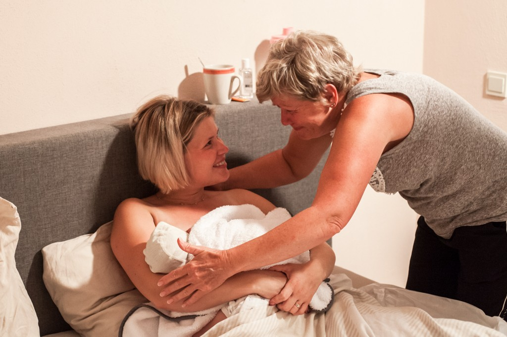 geboortefotografie-roermond-thuisbevalling-verloskunde-pure-life-geboortefotografie-fotograaf-bij-bevalling